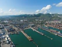 Industrieller Seehafen, Draufsicht Hafenkräne und Frachtschiffe und Lastkähne Laden und Versand der Fracht am Hafen Ansicht des M Lizenzfreie Stockfotografie