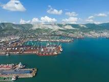 Industrieller Seehafen, Draufsicht Hafenkräne und Frachtschiffe und Lastkähne Laden und Versand der Fracht am Hafen Ansicht des M Stockfotos