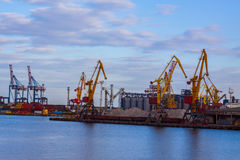 industrieller Seehafen mit Kränen Lizenzfreies Stockbild