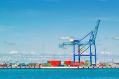 Industrieller Seehafen mit Kran-und Fracht-Behältern Stockfotos