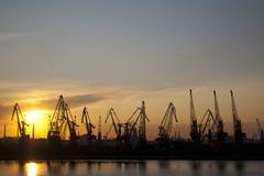 Industrieller Seehafen am Sonnenuntergang Lizenzfreies Stockbild