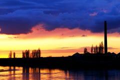 Industrieller Sonnenuntergang lizenzfreie stockfotos