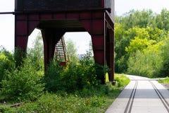 Industrieller Turm kombiniert mit einem modernen Fußweg stockfotos