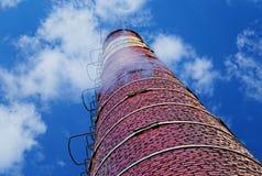 Industrieller Ziegelsteinkamin gegen bewölkten Himmel Stockfoto
