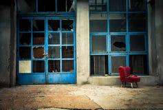 Industrielles Äußeres mit rotem Stuhl Lizenzfreies Stockbild