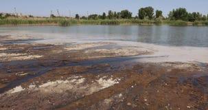 Industrielles Abwasser und Schaum stock video