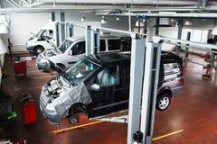 Industrielles Auto, das an der modernen Reparaturwerkstatt anhebt Lizenzfreies Stockbild