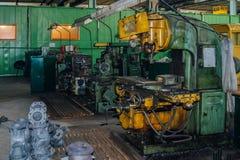 Industrielles Drehen und bohrende Werkzeugmaschinen in der Fabrikwerkstatt stockfoto