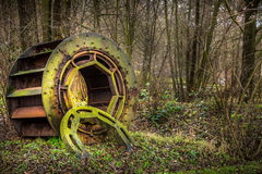 Industrielles enormes moosiges und Rusty Gear in der Natur Stockfoto