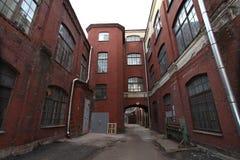 Industrielles Gebäude des roten Backsteins der Weinlese im Industriegebiet der alten europäischen Stadt Stockfotos