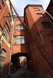 Industrielles Gebäude des roten Backsteins der Weinlese im Industriegebiet der alten europäischen Stadt Stockfotografie