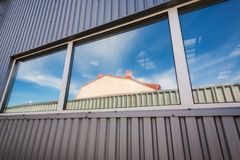 Industrielles Hallenfenster Stockfotografie