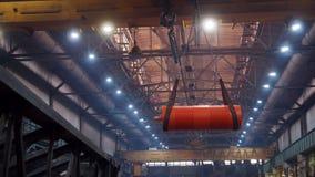 Industrielles Konzept Ein Kran, der auf ein gro?es orange Detail f?r das Konstruieren anhebt stock video footage