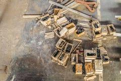 Industrielles Lager mit offenen Kästen für Hardware läuft, Waschmaschinen, Nüsse weg Stockbilder