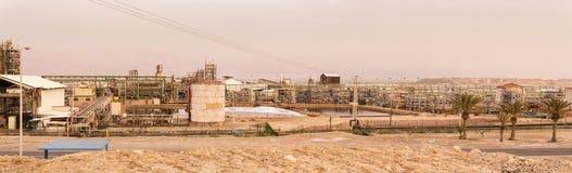 Industrielles lanscape mit Chemiefabrik Stockfotos