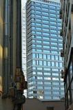 Industrielles modernes Gebäude und Wand mit alten Rohren Stockfotos