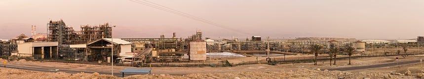 Industrielles Panorama mit Chemiefabrik Stockfotos