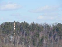 Industrielles Rohr des roten und weißen alten Ziegelsteines auf Hintergrund des blauen Himmels Das alte Bild des Industriekonzept lizenzfreie stockbilder
