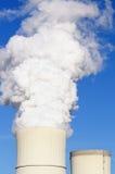 Industrielles Rohr mit Dampf Stockfotos
