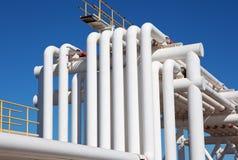 Industrielles Rohr mit Gas und Schmieröl und Wasser stockfoto