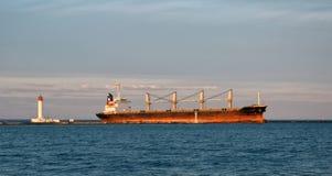 Industrielles Schiff, das den Seehafen kommt Lizenzfreie Stockfotos