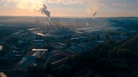 Industrielles Stadtbild mit mit rauchender Fabrik stock video