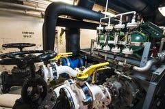 Industrielles, Stahlrohr kleidet Ventile im ship's Maschinenraum aus Stockbild
