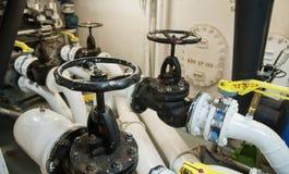 Industrielles, Stahlrohr kleidet Ventile im ship's Maschinenraum aus Stockfotos
