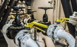 Industrielles, Stahlrohr kleidet Ventile im ship's Maschinenraum aus Lizenzfreie Stockfotografie