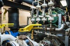 Industrielles, Stahlrohr kleidet Ventile im ship's Maschinenraum aus Stockfoto