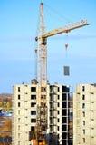 Industriellt arbete på byggnadsplatsen - lyfta av den konkreta tjock skiva förbi tornkranen sikt från höjd Royaltyfri Foto