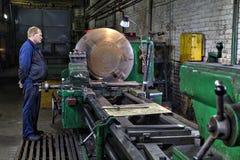 Industriellt bearbeta av metall på den stora roterande drejbänkmaskinen Fotografering för Bildbyråer