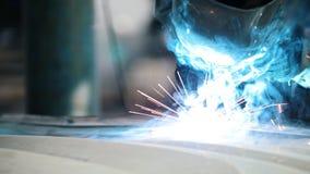 Industriellt begrepp: arbetare i hjälmreparationsdetalj i bilautomatiskservice, slut upp stock video