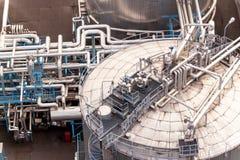 industriellt begrepp Behållare för vätskegas Gaslagring i porten Rörledningar i raffinaderiet Royaltyfri Bild