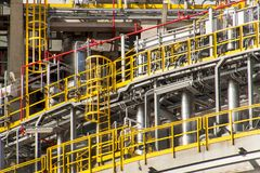 industriellt begrepp Behållare för vätskegas Gaslagring i porten Rörledningar i raffinaderiet Royaltyfri Fotografi