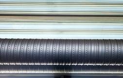 Industriellt belägga med metall leda i rör, den stads- beståndsdelen Arkivfoton