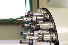 Industriellt bitande hjälpmedel för CNC på automatiserad drejbänkchangerkarusell Arkivfoto