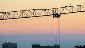 industriellt En konstruktionsplats Hissa kranar som arbetar konturn Härlig sky arkivfilmer