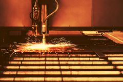 Industriellt klipp för cnc-plasmamaskin av metallplattan Arkivfoton