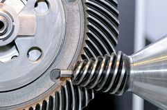 Industriellt koniskt kugghjul och ett runt kugghjul, kugghjul Arkivbilder