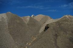 Industriellt lager av råvaror för cementproduktion och Arkivfoto