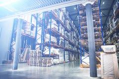 Industriellt lager- och logistikbegrepp Stor lagring med kuggar, hyllor, askar, behållare och annat gods arkivbild