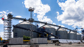 Industriellt landskap av silor på port Burgas, Bulgarien Arkivbild