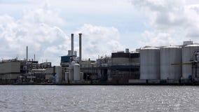 Industriellt landskap av Wormer i Nederländerna stock video
