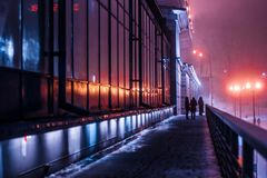 industriellt landskap för natt, en byggnad med stora fönster Royaltyfria Bilder
