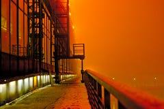 industriellt landskap för natt, en byggnad med stora fönster Arkivbild