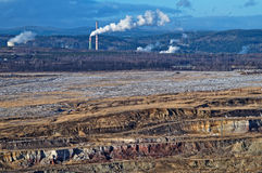 Industriellt landskap, gropmin som röker fabrikslampglas Royaltyfri Fotografi