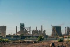 Industriellt landskap, lampglas med rök av kraftverket eller fabrik royaltyfri bild