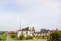 Industriellt landskap, panoramautsikt av produktion Kemiska växter, kolonner, generatorer, rör Olje- behandlingsystem royaltyfri bild