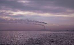 Industriellt landskap vid sjön Fotografering för Bildbyråer